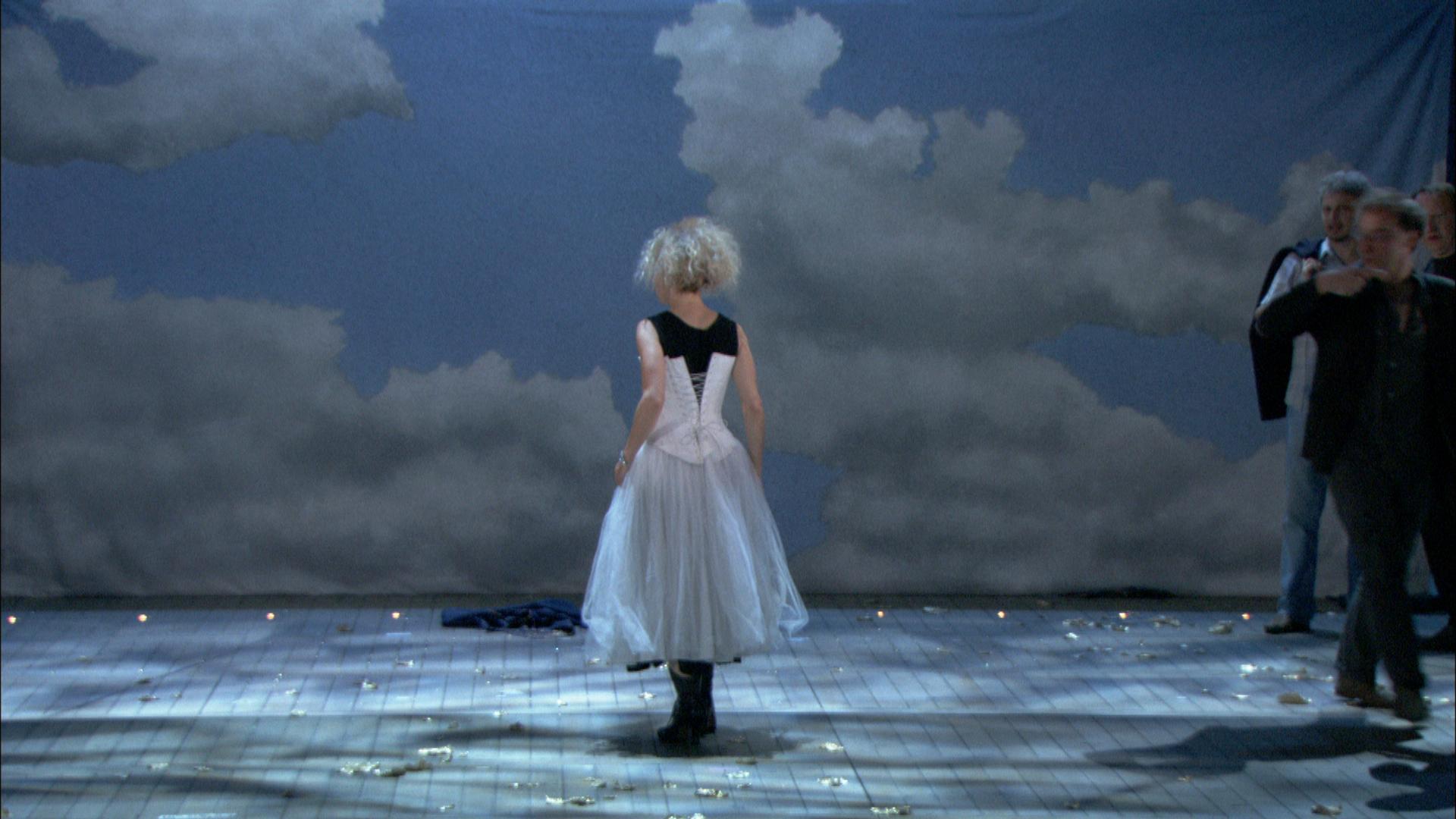 becoming-traviata-background2